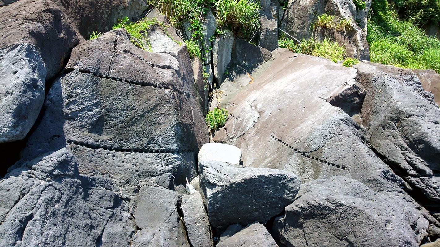 河津町見高地区磯丁場、岩盤の開けられた矢穴。